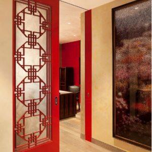 Красная дверь со вставкой