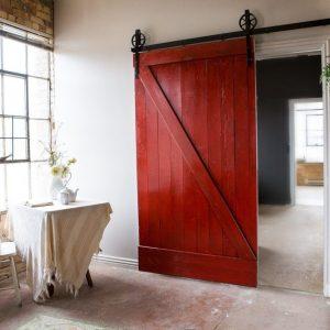 Дверь лофт красноватого оттенка