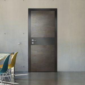 Серая дверь со вставками из металла