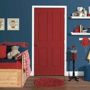 Дверь кирпично-коричневого цвета и обивка дивана