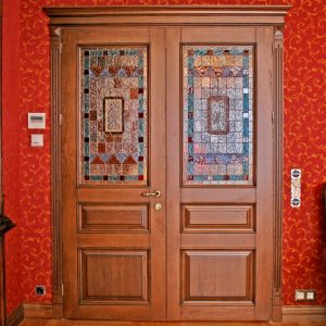 Дверь из массива красного дерева