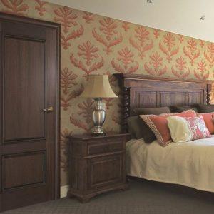 Межкомнатная дверь в цвет спинки дивана и прикроватной тумбочки