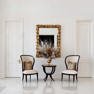 Симметричные белые двери в холле