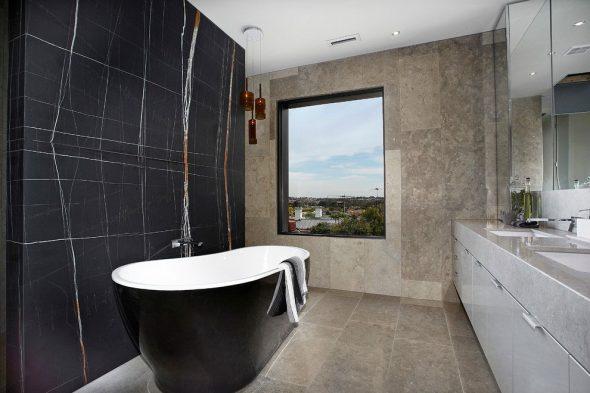 Каменная отделка просторной ванной