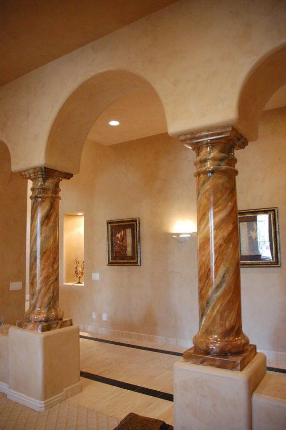 Дизайн комнаты с каменным колоннами