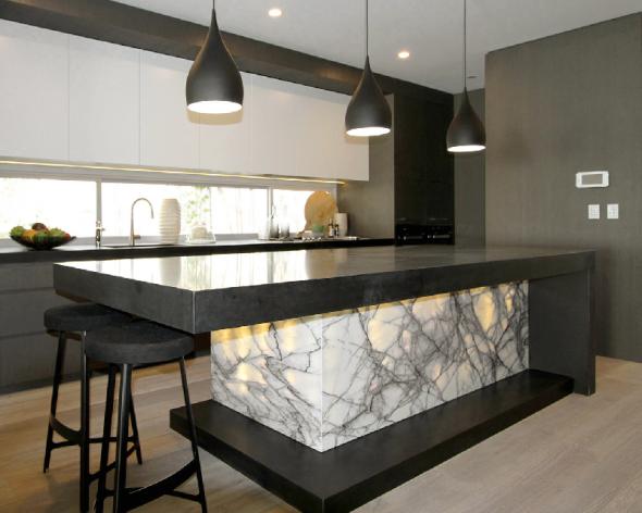 Красивый камень в декоре кухни