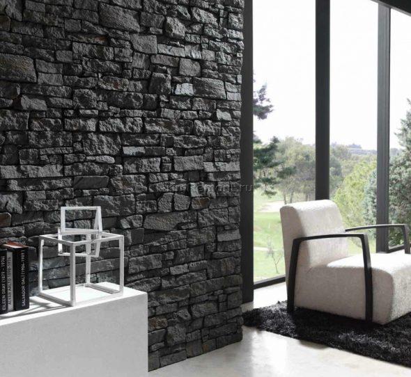 Грубая стена из камня в интерьере