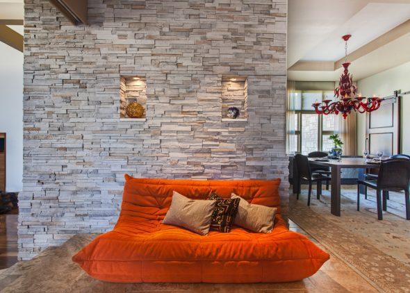 Декорированная камнем стена в квартире