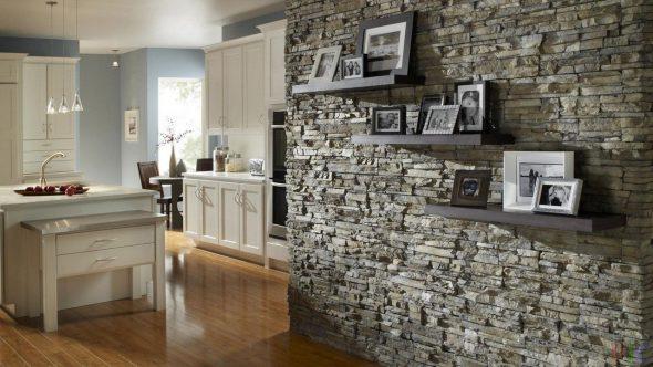 Стена из декоративного камня в квартире