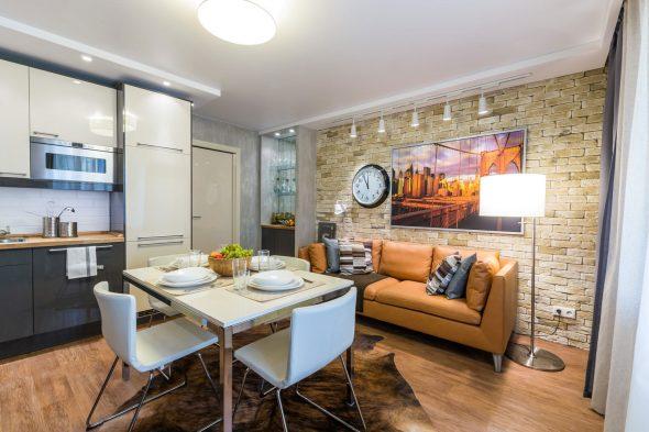 Совмещённое пространство небольшой кухни и гостиной