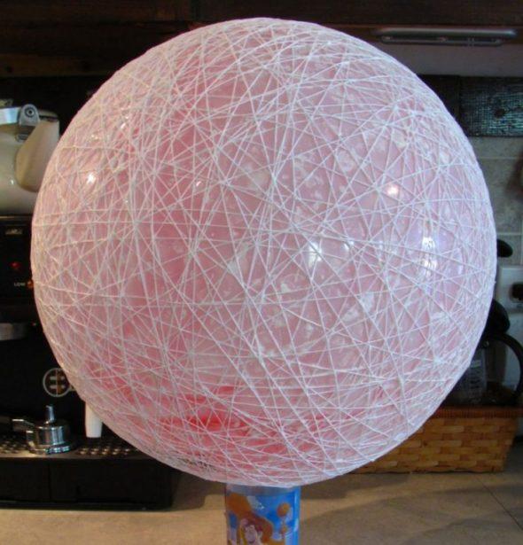Обмотанный нитками шар