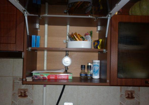Навесной шкаф с отверстиями для газовой трубы