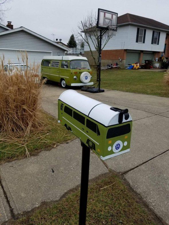Необычный почтовый ящик-автобус