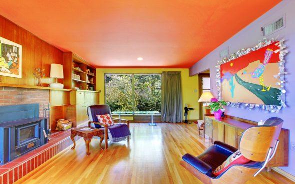 Яркая комната с оранжевым потолком