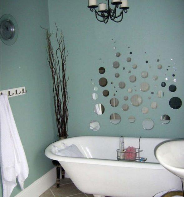 Декор стены в ванной маленькими зеркалами