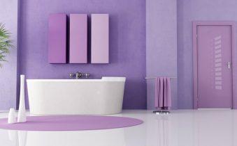 Ванная комната с сиреневыми стенами