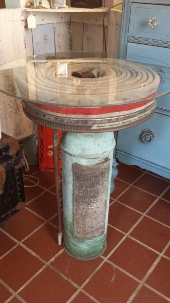 Огнетушитель как подставка для стола