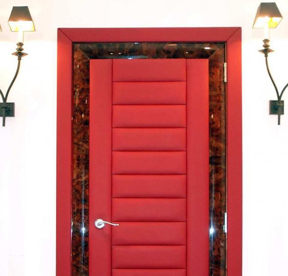 Дверь с красной обшивкой