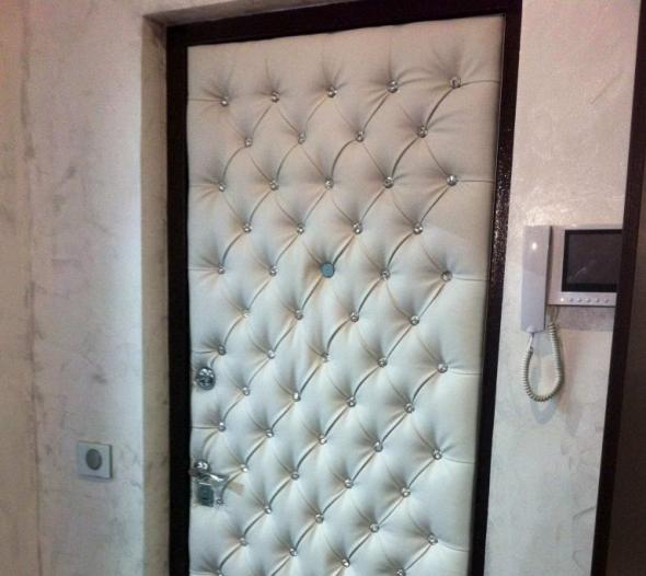 Дверь с белой обшивкой
