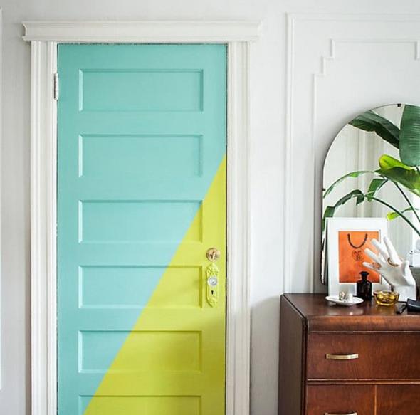 Входная дверь, окрашенная в два цвета