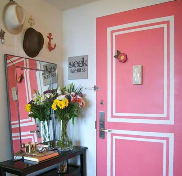 Розовая дверь с белыми рамками