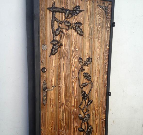 Дверь с декором
