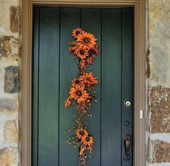 Дверь, украшенная цветами