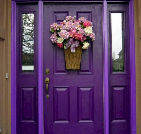 Яркая входная дверь, украшенная букетом цветов
