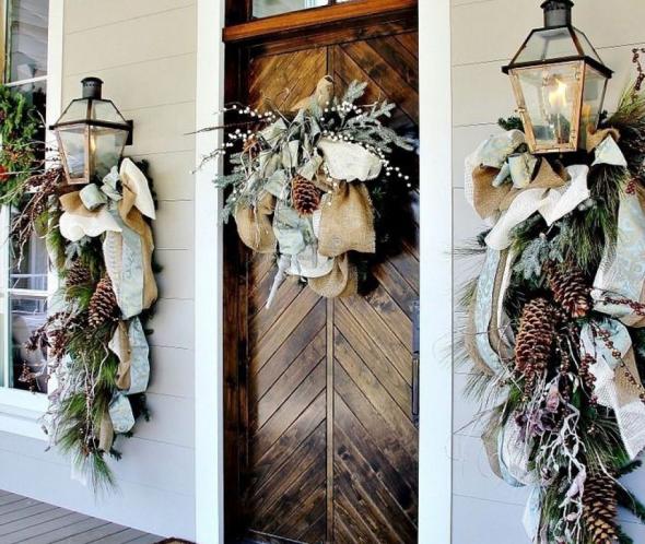 Дверь, украшенная композицией из веток, шишек и ткани