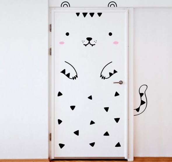 Простое и ориганальное оформление двери в виде животного