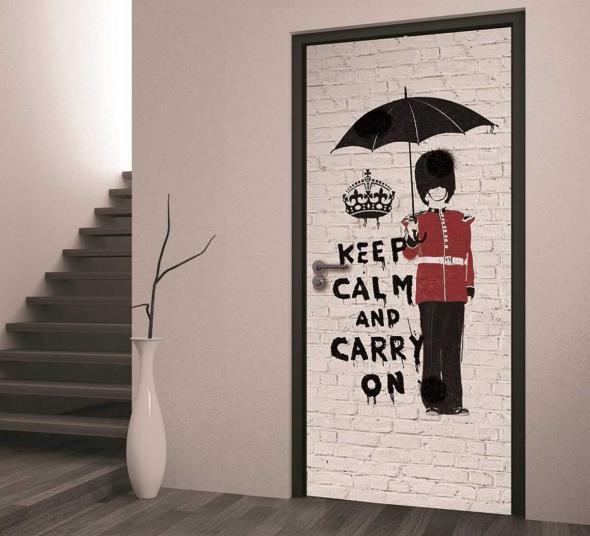 Стильное оформление двери под кирпичную кладку с рисунком