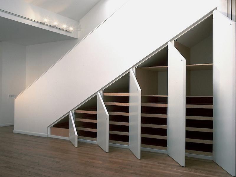 Хранение вещей под лестницей: идеи экономия пространства