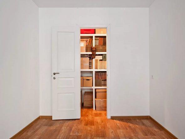 как спрятать дверь в кладовку в зале