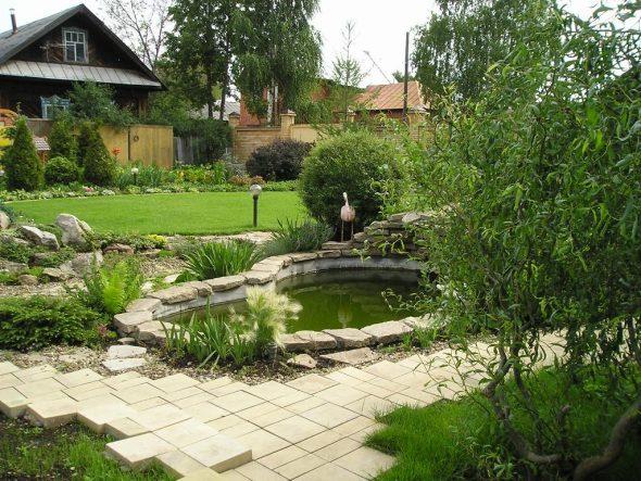 оригинальное оформление сада с помощью водоёма