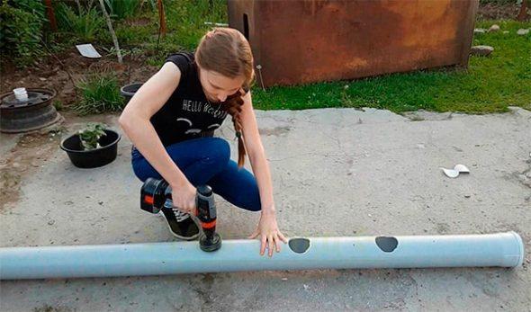 Девушка вырезает гнёзда в трубе