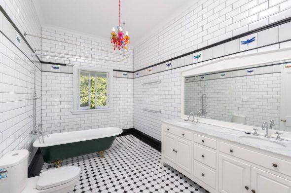 Просторная ванная комната в белом цвете