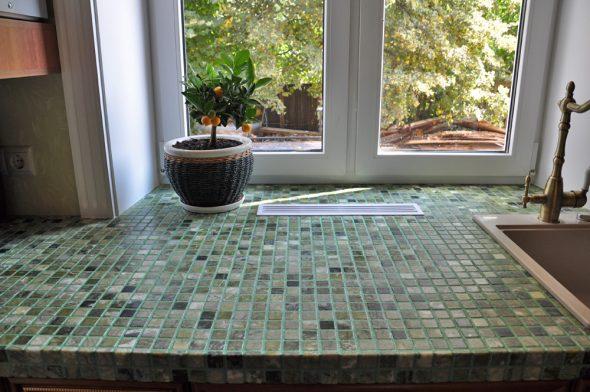 Стол из подоконника с мозаикой
