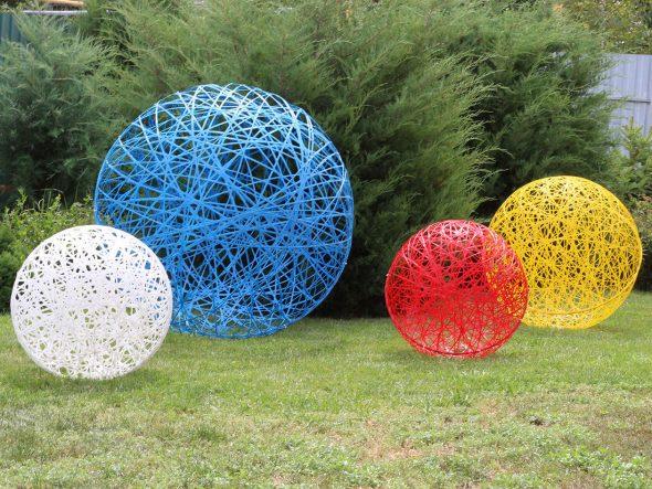 Ажурные садовые скульптуры в виде шаров из верёвки