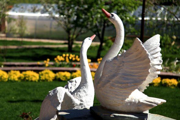 Садовые скульптуры лебедей из монтажной пены