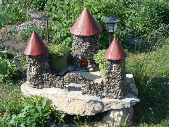 Садовая скульптура в виде замка из камней