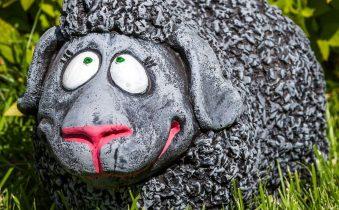 Скульптура овечки для сада