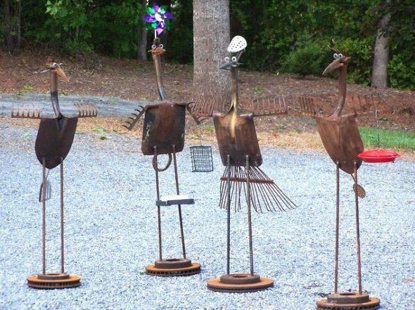 Садовые скульптуры из инвентаря