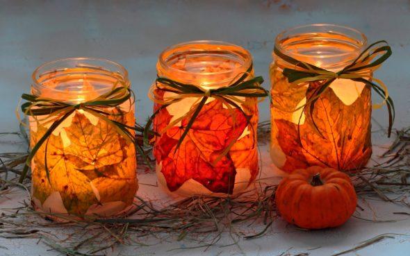 Свечи в банке с листьями