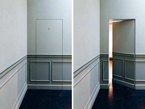 Скрытая дверь с молдингами