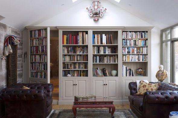 Дверь, замаскированная под книжную полку