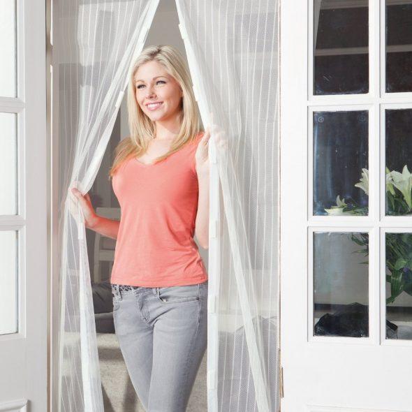 Девушка в проёме балкона