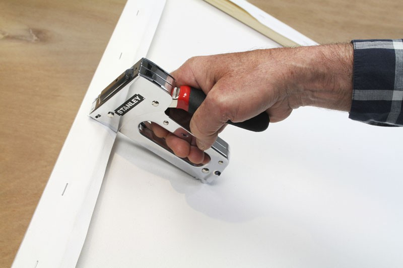 Как пользоваться степлером для ремонта мебели: выстрелит, куда надо