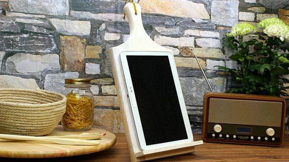 подставка для планшета из старой разделочной доски