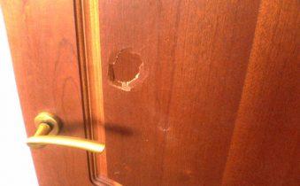 Пробитая деревянная дверь