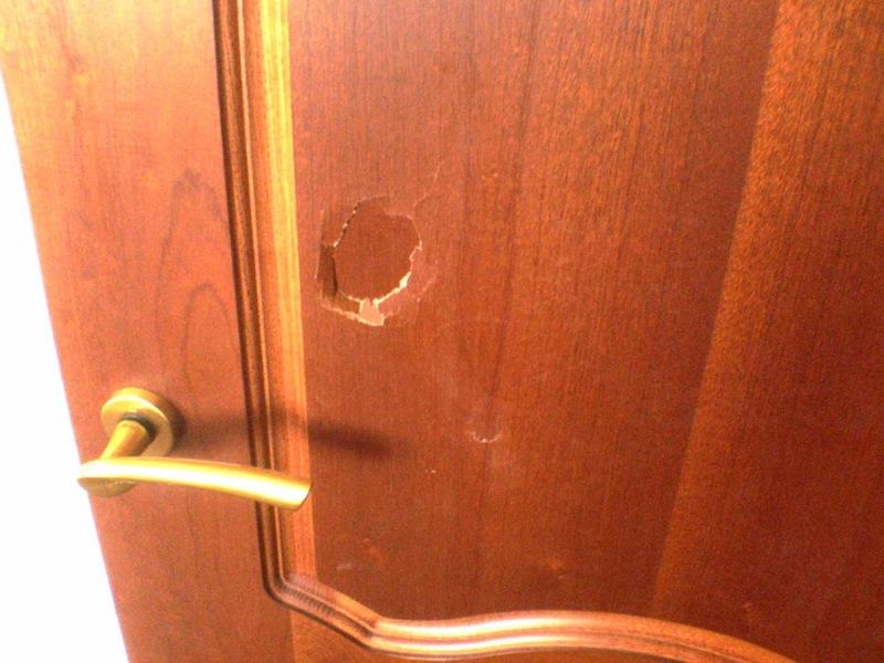 Как починить пробитую деревянную дверь: пошаговая инструкция